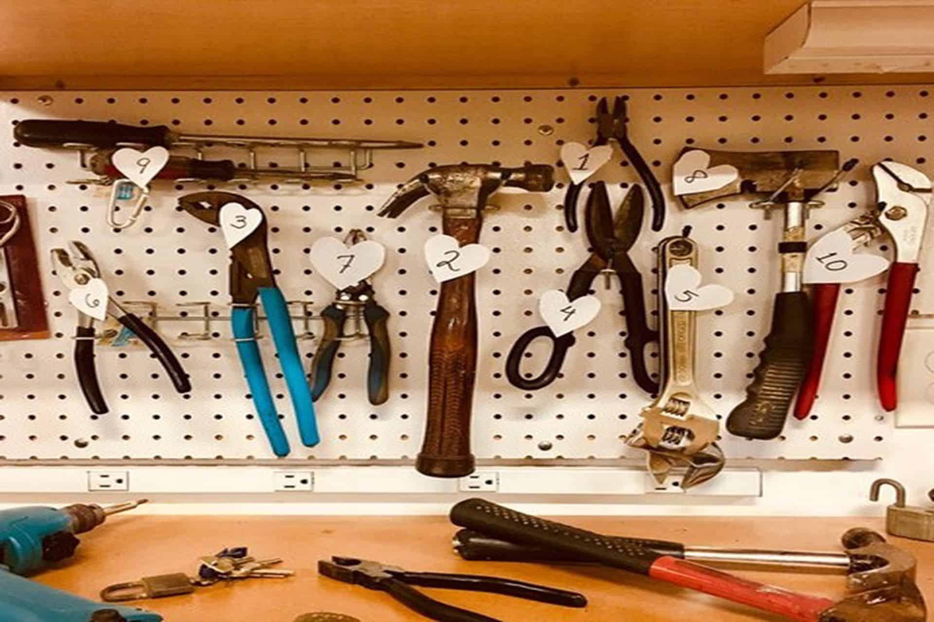 Çalışma tezgahı üzerine asılmış el aletleri