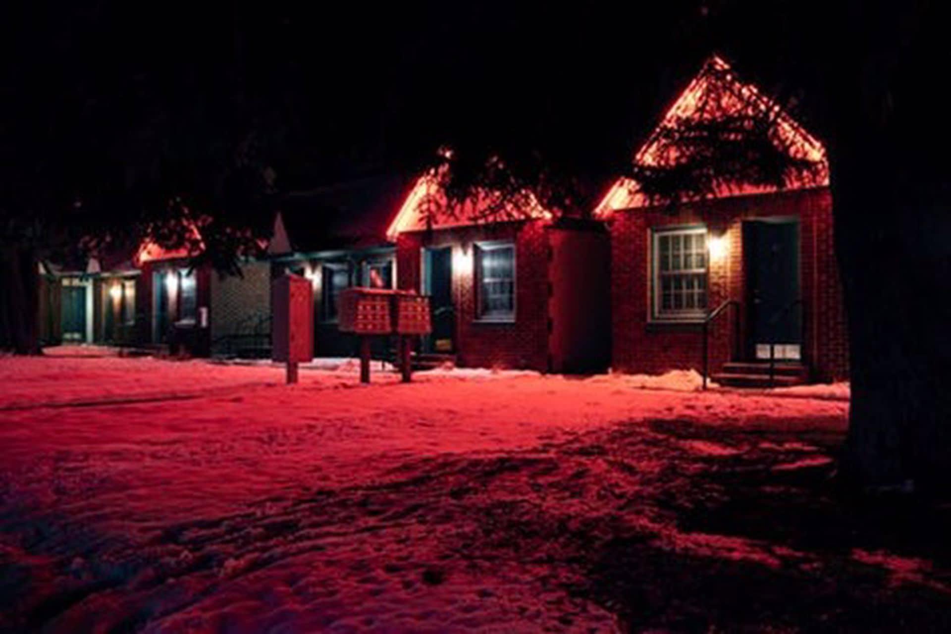 Garaj yolu karla kaplı üç ahşap ev