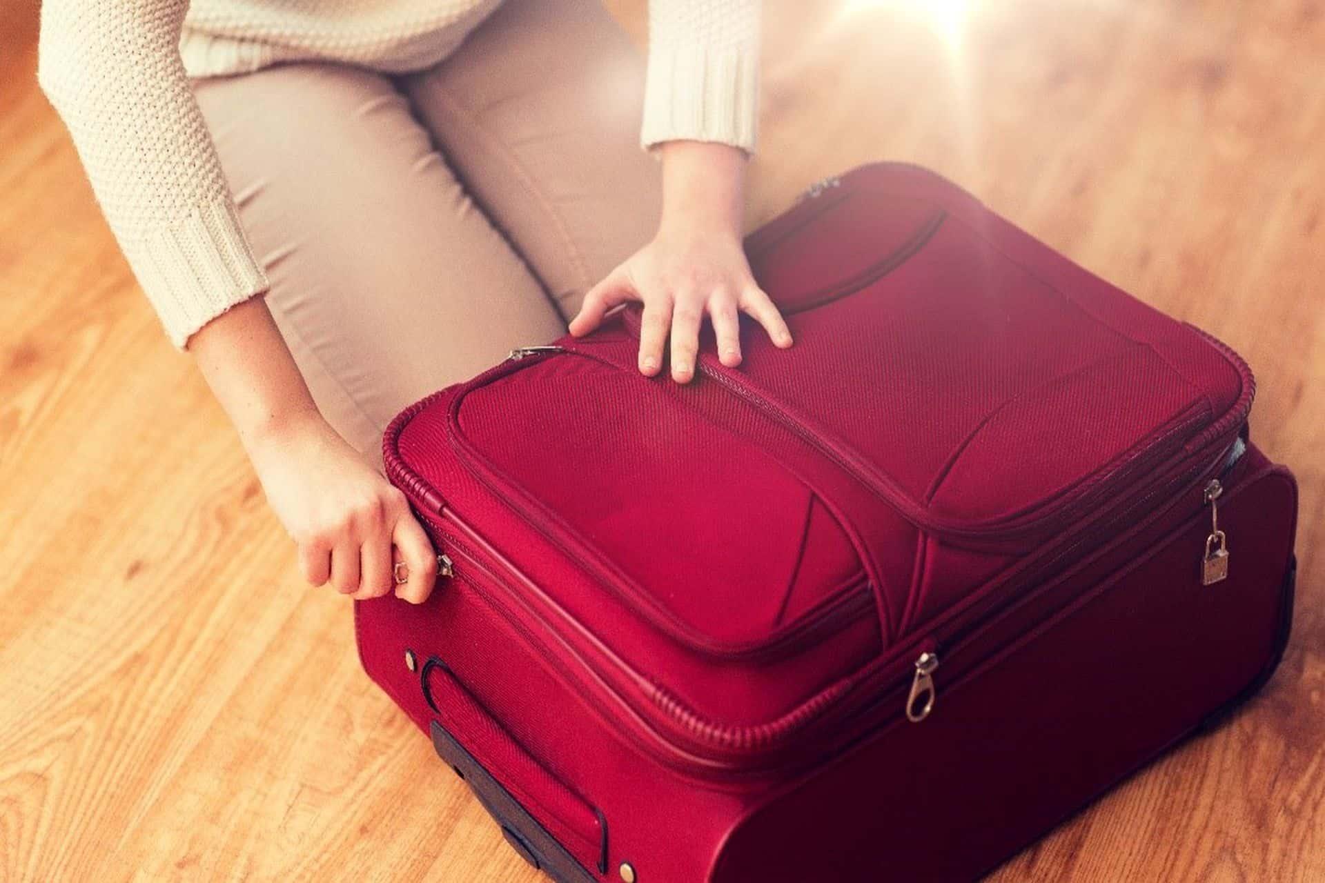 Fermuarı açık bir valiz