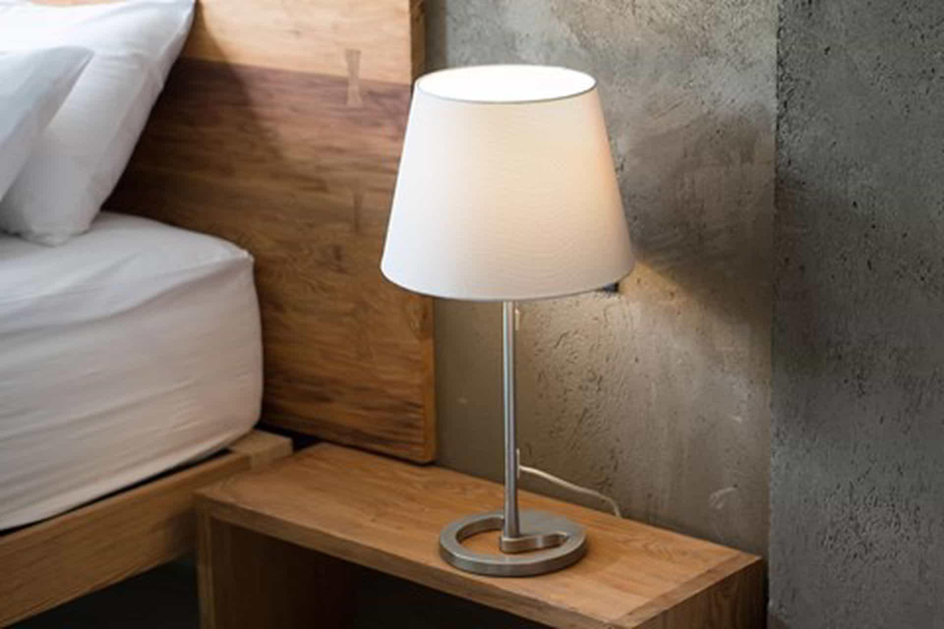 Ahşap bir masa üzerinde yanan bir lamba