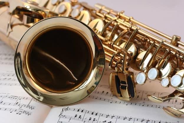 Nota defteri üzerinde duran trompet