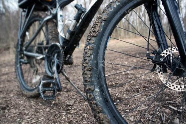 kuru çim üstünde kirli bisiklet